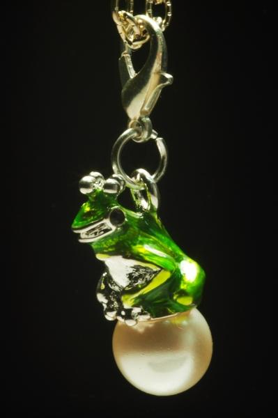 Anhänger Frosch auf Perle,grün 36 mm